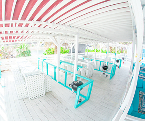 沖縄県那覇市でバーベキューならコージービーチ。手ぶらでバーベキューするならテラスエリア
